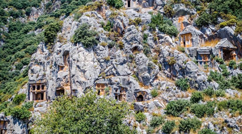 Житель турецкой провинции нашел в своем саду ликийскую гробницу