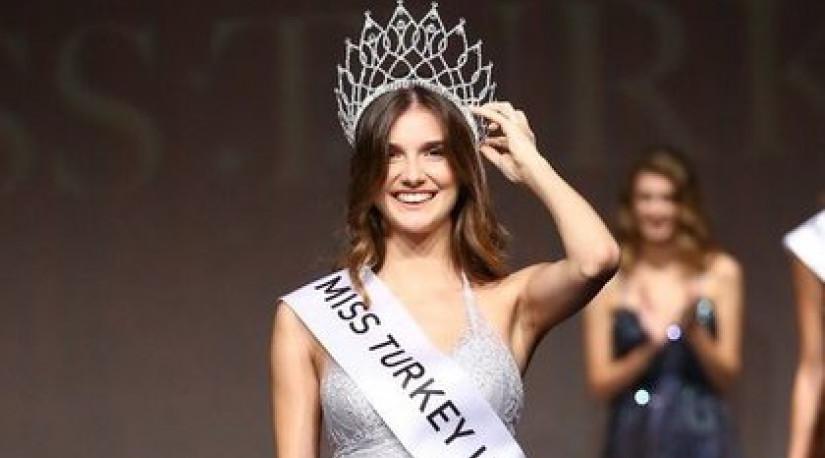 «Мисс Турцию» лишили короны из-за скандального твита про путч