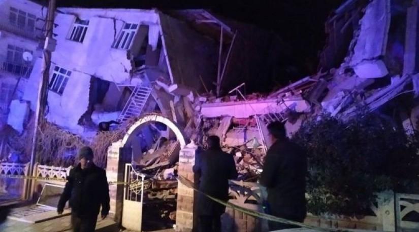 Землетрясение в Турции: десятки погибших, людей достают из-под завалов